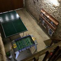 Garage avec table de ping-pong et baby foot