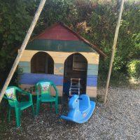 Cabane des enfants avec jeux et jouets